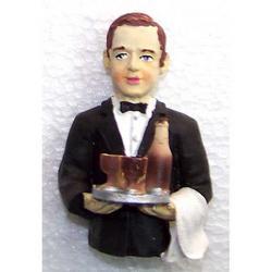 Magnete cameriere con bottiglia e bicchieri cm 6 in resina